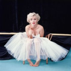 hbz-marilyn-as-ballerina-awaiting-her-cue-ny-1954-milton-h-greene-archive-images